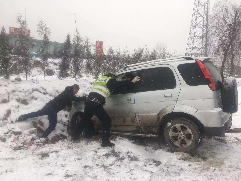 邯郸:磁县交警大队雪中救助被困车辆