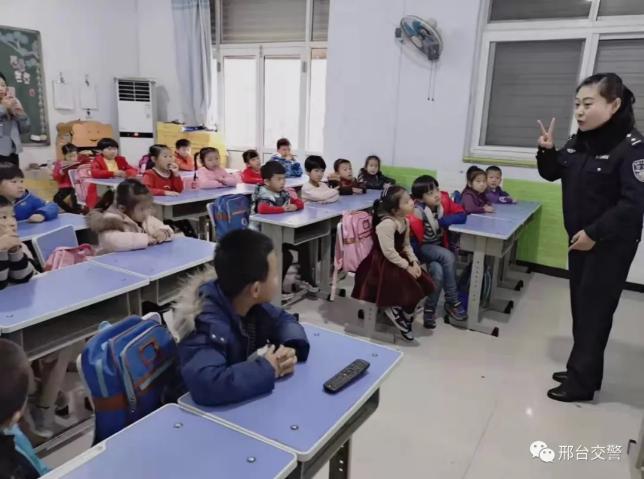 """邢台:交警走进校园开展""""交通安全""""大课堂宣讲"""